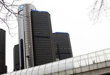 Le titre General Motors figure parmi les valeurs à suivre ce vendredi à Wall Street alors que, selon une étude publiée par un organisme indépendant, les autorités américaines ont comptabilisé 303 décès dus au non-déclenchement des airbags dans 1,6 million de véhicules rappelés par le constructeur automobile en février. /Photo d'archives/REUTERS/Joshua Lott