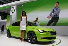 La Skoda Vision C, un concept car présenté au salon de Genève. La filiale tchèque de Volkswagen fait état lundi d'un bénéfice après-impôts de 455 millions d'euros en 2013, en baisse de 25,5%. /Photo prise le 4 mars 2014/REUTERS/Arnd Wiegmann