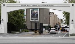 Sony Pictures Entertainment, la filiale de cinéma de Sony, s'apprête à annoncer un plan de réduction de ses effectifs touchant ses studios aux Etats-Unis et ses activités à l'étranger, a-t-on appris de source proche du dossier. Parmi les activités concernées figurent l'équipe chargée du marketing numérique. /Photo d'archives/REUTERS/Fred Prouser