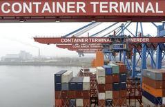 L'excédent commercial de janvier dans la zone euro est ressorti à un niveau sensiblement inférieur aux attentes, les importations ayant baissé et les exportations que très modérément augmenté. /Photo d'archives/REUTERS/Fabian Bimmer