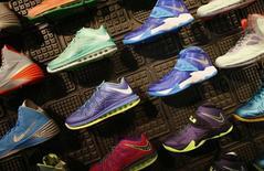 Nike a dégagé des bénéfices trimestriels meilleurs que prévu, grâce à une hausse de ses ventes en Chine et plus encore en Europe, et le géant américain des articles de sport a fait état d'un solide carnet de commandes en prévision de la Coupe du monde de football de cet été au Brésil. /Photo d'archives/REUTERS/Lucy Nicholson