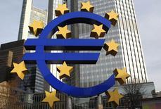 Renvoyés dans leurs cordes dans le passé quand ils déploraient le niveau élevé de l'euro, les dirigeants français trouvent aujourd'hui un rare écho auprès de la Banque centrale européenne (BCE). Mais en France, c'est l'impact de l'euro fort sur la fragile reprise économique qui est redouté, tandis que que l'institut de Francfort craint, de son côté, son effet négatif sur une inflation déjà très basse. /Photo d'archives/REUTERS/Alex Domanski