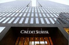 Credit Suisse a annoncé vendredi qu'il paierait 885 millions de dollars (641 millions d'euros) pour régler un litige lié à des titres adossés à des crédits immobiliers acquis entre 2005 et 2007 par Fannie Mae et Freddie Mac, les deux géants américains du refinancement de prêts hypothécaires. /Photo d'archives/REUTERS/Arnd Wiegmann