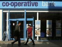 La banque britannique Co-operative Bank, actuellement en pleine tourmente, veut lever 400 millions de livres (479 millions d'euros) supplémentaires via l'émission de nouvelles actions, prenant ainsi acte d'une détérioration plus grave que prévu de son bilan. /Photo prise le 26 février 2014/REUTERS/Luke MacGregor