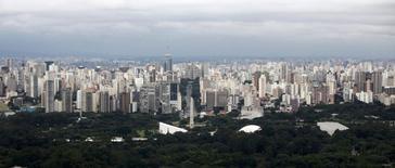 """Vue de Sao Paulo. Standard & Poor's a abaissé la note de crédit brésilienne de """"BBB"""" à """"BBB-"""", tout en relevant sa perspective de """"négative"""" à """"stable"""", disant recevoir des signaux contrastés en provenance du gouvernement qui ont des implications négative pour le budget et pour la crédibilité des politiques économiques. /Photo prise le 22 mars 2014/REUTERS/Paulo Whitaker"""