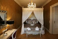 A Vienne, un appartement situé au sein du château de Schönbrunn, ancienne résidence d'été de la dynastie impériale des Habsbourg, sera ouvert à la réservation à compter du 30 avril. Ce logement de deux chambres, disposant également d'une cuisine et d'une salle à manger, peut accueillir quatre personnes, avec un prix de départ de 699 euros par personne et par nuit. /Photo prise le 24 mars 2014/REUTERS/Leonhard Foeger