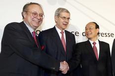 De gauche à droite, Robert Peugeot, président de la holding FFP, Philippe Varin, président du directoire de PSA, et Xu Ping, président de Dongfeng, après la signature de l'accord cadre entre PSA, Dongfeng et l'Etat français portant sur un partenariat stratégique renforcé entre les deux groupes aumobiles. /Photo prise le 26 mars 2014/REUTERS/Charles Platiau