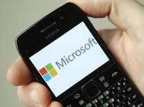Microsoft et Dell ont signé un accord de licence qui prévoit le versement par Dell de redevances au géant des logiciels sur les ventes d'appareils fonctionnant avec les systèmes d'exploitation Android et Chrome de Google. /Photo d'archives/REUTERS/Heinz-Peter Bader