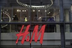 Hennes & Mauritz publie jeudi un bénéfice inférieur au consensus pour le premier trimestre, mais précise que ses ventes ont bien commencé l'année en dépit d'une conjoncture économique difficile dans bon nombre de ses marchés. /Photo d'archives/REUTERS/Ints Kalnins