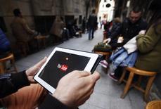 """Dans un café internet à Istanbul, jeudi. Une semaine après avoir bloqué l'accès à Twitter, les autorités turques ont bloqué jeudi l'accès à YouTube. Selon une source proche du Premier ministre, cette mesure intervient pour  des """"raisons de sécurité nationale"""" après la mise en ligne d'un enregistrement audio dans lequel des hommes présentés comme des responsables turcs discutent d'une possible opération militaire contre les djihadistes dans le nord de la Syrie. /Photo prise le 27 mars 2014/REUTERS/Osman Orsal"""