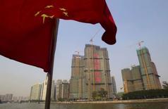 Dans un discours relayé par l'agence de presse d'Etat Chine nouvelle, le Premier ministre chinois Li Keqiang a promis vendredi de soutenir l'économie, expliquant que Pékin avait à sa disposition tous les instruments nécessaire pour y parvenir, cherchant ainsi à atténuer les préoccupations liées au ralentissement de la croissance. /Photo prise le 27 mars 2014/REUTERS/Alex Lee