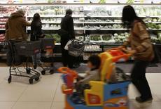 Les prix à la consommation ont une nouvelle fois progressé en février au Japon, alimentant les espoirs d'une sortie de la longue période de déflation que traverse l'archipel. /Photo prise le 26 février 2014/REUTERS/Yuya Shino