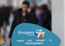 Bouygues donne la possibilité à Vivendi de faire son choix entre les deux offres formulées par le groupe de BTP et de construction pour sa filiale télécoms SFR. /Photo prise le 5 mars 2014/REUTERS/Eric Gaillard