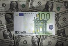 Le mouvement d'appréciation de la monnaie unique européenne touche à sa fin, la faiblesse de l'inflation et de la reprise économique au sein de la zone euro condamnant la Banque centrale européenne (BCE) à une politique monétaire durablement accommodante voire à de nouveaux assouplissements, estiment des prévisionnistes sur les changes interrogés par Reuters. Selon ces stratèges, l'euro se négociera à 1,37 dollar dans un mois, 1,33 dollar dans six mois et 1,29 dollar dans un an. /Photo d'archives/REUTERS/Kacper Pempel