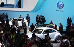 Stand Volkswagen au salon automobile de Shanghai. Le constructeur allemand prévoit de construire des voitures hybrides rechargeables en Chine, un segment à fort potentiel dans un pays en proie à une pollution atmosphérique très élevée, selon des sources proches du groupe. /Photo prise le 20 avril 2013/REUTERS/Aly Song