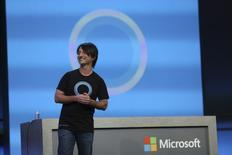 Joe Belfiore, vice-président de Microsoft, présente à San Francisco Cortana, un assistant vocal personnel pour les téléphones mobiles sous Windows Phone qui concurrencera Siri d'Apple. La technologie, qui permet d'effectuer par la voix des recherches sur le web, de passer des appels, et de réaliser différentes actions, sera intégrée aux nouveaux combinés d'ici fin avril ou début mai. /Photo prise le 2 avril 2014/REUTERS/Robert Galbraith