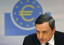 Selon Mario Draghi, le président de la Banque centrale européenne, l'institution est prête à mobiliser tous les instruments disponibles dans le respect de son mandat si l'inflation reste trop faible trop longtemps. La BCE a laissé jeudi ses taux inchangés avec un taux de refinancement à 0,25%, un taux de prêt marginal à 0,75% et un taux de dépôt à 0,0%. /Photo prise le 3 avril 2014/REUTERS/Ralph Orlowski