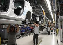 Une chaîne d'assemblage de SEAT dans l'usine de Martorell. La production industrielle de l'Espagne a progressé de 2,8% en février par rapport au même mois de 2013, en hausse pour le quatrième mois d'affilée. /Photo d'archives/REUTERS/Albert Gea