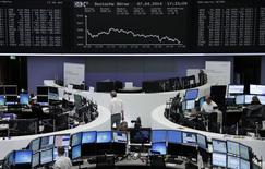 Les Bourses européennes ont commencé lundi la semaine en nette perte de vitesse, entraînées par des prises de bénéfice. A Paris, le CAC 40, a fini en repli de 1,08% à 4.436,08 points.  Le Footsie britannique a reculé de 1,09% et le Dax allemand de 1,91%. Les indice paneuropéens EuroStoxx 50 et FTSEurofirst 300 ont perdu respectivement 1,37% et 1,23%. /Photo prise le 7 avril 2014/REUTERS/Remote