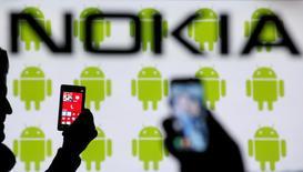 Nokia a reçu le feu vert des autorités chinoises à la cession de son activité de téléphones portables à Microsoft, qui devrait pouvoir être finalisée dans le courant du mois.  /Photo prise le 25 février 2014/REUTERS/Dado Ruvic
