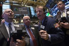 Wall Street a débuté en légère hausse mercredi, prolongeant le petit rebond de la veille, dans un marché soutenu par Alcoa qui a lancé la saison des résultats trimestriels avec un bénéfice ajusté en baisse mais meilleur que prévu, en attendant les minutes de la Fed. Dans les premiers échanges, le Dow Jones gagne 0,42%, le S&P-500 progresse de 0,33% et le Nasdaq prend 0,43%. /Photo prise le 8 avril 2014/REUTERS/Brendan McDermid