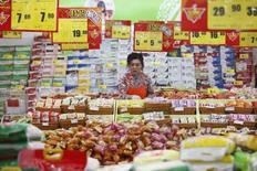 Dans un supermarché à Huaibei, dans la province d'Anhui. Les prix à la consommation ont augmenté en mars en Chine, mais une déflation persistante dans le secteur industriel peut être interprétée comme le nouveau signe d'une croissance ralentie de la deuxième puissance économique mondiale. Les prix à la consommation ont augmenté de 2,4% sur un an le mois dernier. /Photo prise le 9 mars 2014/REUTERS
