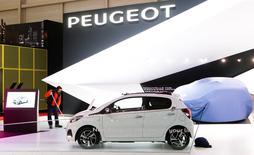 Une Peugeot 108 au salon de l'automobile de Genève. PSA Peugeot Citroën, Safran et le Commissariat à l'énergie atomique sont en tête du classement 2013 des déposants de demandes de brevets de l'Institut national de la propriété intellectuel publié vendredi. Largement en tête comme l'année précédente, le constructeur automobile a vu 1.378 demandes de brevets publiées. /Photo prise le 3 mars 2014/REUTERS/Arnd Wiegmann