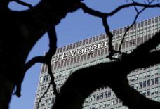 JPMorgan Chase & Co annonce vendredi une baisse de 19% de son bénéfice au premier trimestre, conséquence entre autres du recul des revenus tirés de ses activités de courtage dans un contexte marqué par les inquiétudes sur la vigueur de la reprise économique et le débat sur l'évolution de la politique monétaire américaine. /Photo prise le 28 janvier 2014/REUTERS/Simon Newman