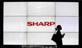 Sharp, le premier fabricant japonais d'écrans, envisagerait une nouvelle augmentation de capital dont le montant pourrait atteindre environ 200 milliards de yens (1,4 milliard d'euros).  /Photo prise le 6 mars 2013/REUTERS/Yuya Shino