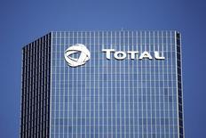 Total a annoncé qu'il allait investir avec des partenaires dans le champ pétrolier offshore ultra-profond de Kaombo, en Angola, un projet dont le coût a été réduit de quatre milliards de dollars, à 16 milliards (11,5 milliards d'euros). /Photo d'archives/REUTERS/Charles Platiau