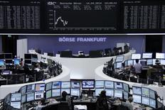 Les Bourses européennes reculent encore à mi-séance, les marchés restant préoccupés par la tension dans la partie orientale de l'Ukraine et les risques d'une escalade militaire impliquant la Russie. À Paris, le CAC 40 abandonnait 0,61% à 10h30 GMT, le Dax reculait de 0,66% et le FTSE cédait 0,44%. /Photo prise le 14 avril 2014/REUTERS/Remote