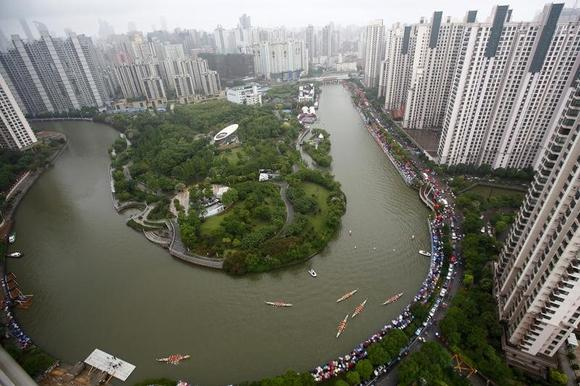 An aerial view shows boats participating in a dragon boat race to celebrate the Dragon Boat Festival, also known as Duanwu Festival, on the Suzhou river in Shanghai June 6, 2011. REUTERS/Aly Song/Files