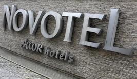 Accor est une des valeurs à suivre mardi à la Bourse de Paris. Le groupe hôtelier a annoncé la nomination de John Ozinga au nouveau poste de directeur général d'HotelInvest, le pôle immobilier du groupe, la plus importante des deux divisions issues de la réorganisation du groupe en novembre.. /Photo d'archives/ REUTERS/Kacper Pempel