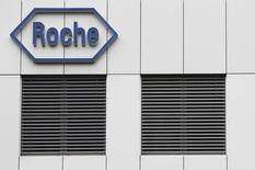 Логотип компании Roche на заводе в Бургдорфе под Берном 17 ноября 2010 года. Продажи фармацевтической компании Roche Holding AG снизились на 1 процент в первом квартале, виной чему колебания курсов валют, которые оттенили выход на рынок нового препарата для лечения рака. REUTERS/Pascal Lauener