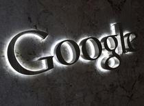 Логотип Google на входе в офис компании в Торонто 5 сентября 2013 года. Выручка американской Google Inc в первом квартале оказалась хуже прогнозов Уолл-стрит из-за продолжающегося снижения цен на рекламу, подчеркнув трудности, с которыми компания сталкивается в условиях перехода клиентов на мобильные устройства. REUTERS/Chris Helgren