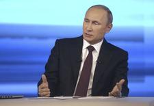 Президент России Владимир Путин во время прямой линии в Москве 17 апреля 2014 года. Президент России Владимир Путин напомнил, что парламент наделил его полномочиями отправлять войска за границу, и выразил надежду, что этого не потребуется для преодоления кризиса на Украине. REUTERS/Alexei Nikolskyi/RIA Novosti/Kremlin