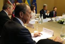 Глава российского МИД Сергей Лавров (второй слева) и его американский коллега Джон Керри (второй справа) на переговорах в Женеве 17 апреля 2014 года. США, Россия, Украина и ЕС работают над совместным заявлением относительно украинского кризиса, но не достигли какого-либо соглашения, и переговоры продолжаются, сообщил в четверг западный представитель. REUTERS/Jim Bourg