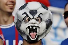 Болельщик сборной Италии в маске ждет начала матча группового этапа Евро-2000 против Нидерландов в Берне 9 июня 2008 года. REUTERS/Max Rossi