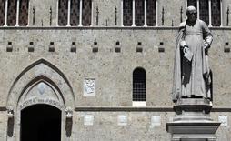Le conseil d'administration de la banque Monte dei Paschi di Siena a approuvé vendredi une augmentation de capital qui sera de cinq milliards d'euros et non plus de trois milliards, pour pouvoir entre autres passer sans encombre un examen de passage de la BCE. /Photo d'archives/REUTERS/Stefano Rellandini