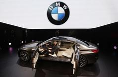 """BMW a présenté au Salon automobile de Pékin son concept """"Vision Future Luxury"""", une berline plus grande et plus chère que ses limousines de la série-7 et qui pourrait prendre le nom de série-9. Ce véhicule de haut standing qui mesure cinq mètres de long vise une clientèle d'ultra-riches jusqu'ici couvée par Bentley ou Rolls-Royce. /Photo prise le 20 avril 2014/REUTERS/Jason Lee"""