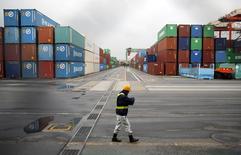 Le Japon a enregistré un déficit commercial record sur l'exercice clos en mars, avec une croissance des exportations à son plus bas niveau depuis un an, selon des chiffres publiés lundi qui relancent le débat sur d'éventuelles nouvelles mesures de la Banque du Japon pour soutenir l'activité. Les exportations de la troisième économie mondiale ont augmenté de seulement 1,8% en mars par rapport au même mois de 2013, leur plus faible croissance depuis un an. /Photo prise le 21 avril 2014/REUTERS/Toru Hanai