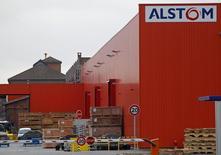 Alstom gagne 2,3% à 23,105 euros à la mi-séance à la Bourse de Paris et poursuit la remontée qui a été entamée le 31 mars après que la valeur eut franchi sa moyenne mobile d'alors (19,489 euros). Le CAC 40 de son côté progresse de 0,85% à 4.469,64 points. /Photo prise le 21 janvier 2014/REUTERS/Vincent Kessler