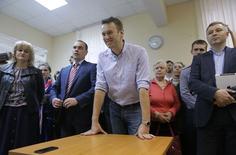 Российский оппозиционер Алексей Навальный (в центре) в зале суда в Москве 22 апреля 2014 года. Самый популярный российский оппозиционер Алексей Навальный после почти двух месяцев домашнего ареста признан виновным в клевете и приговорен к штрафу в 300.000 рублей. REUTERS/Maxim Shemetov