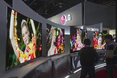 Le fabricant sud-coréen d'écrans LG Display fait état d'un bénéfice d'exploitation en recul de 38% au premier trimestre à 94 milliards de wons (65 milliards d'euros), subissant le contre-coup de la baisse des prix des écrans de télévision même si elle a été en partie compensé par une forte croissance dans les écrans pour smartphones. /Photo prise le 7 janvier 2014/REUTERS/Steve Marcus