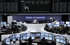 Les Bourses européennes évoluent en petite baisse mercredi à la mi-séance après trois séances de gains, les signes de ralentissement de l'activité en Chine et la persistance des préoccupations liées à la situation en Ukraine occultant la publication des indices PMI de la zone euro qui témoignent d'une amélioration de l'activité dans le bloc monétaire. À Paris, le CAC 40 reculait de 0,43%  à 4.464,94 points vers 10h50 GMT. Francfort perdait 0,33% et Londres 0,18% et L'indice paneuropéen EuroStoxx 50 0,31%. /Photo prise le 23 avril 2014/REUTERS/Remote