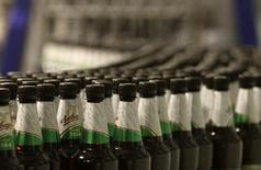 """Бутылки с пивом на конвейерной ленте на пивзаводе """"Оливария"""" в Минске 19 ноября 2013 года. Белоруссия с 1 мая вводит на полгода лицензирование импорта пива из-за пределов Таможенного союза, защищая теряющих внутренний рынок собственных производителей. REUTERS/Vasily Fedosenko"""