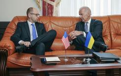 Премьер-министр Украины Арсений Яценюк (слева) и вице-президент США Джо Байден на встрече в Киеве 22 апреля 2014 года. Правительство Украины возобновило операцию против пророссийских вооруженных групп, действующих на востоке страны, после пасхального перерыва и заявило, что опирается на поддержку США. REUTERS/Andrew Kravchenko/Pool
