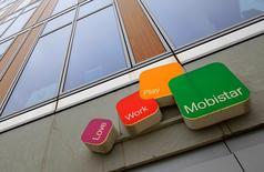 L'opérateur belge de téléphonie mobile Mobistar a annoncé jeudi que les tarifs devraient commencer à se stabiliser après une chute de plus d'un tiers de son bénéfice d'exploitation au premier trimestre en raison d'une perte de clientèle et d'une baisse de la consommation par abonné. /Photo d'archives/REUTERS/Yves Herman