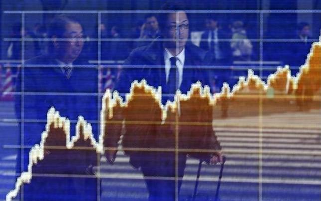 4月24日、日米間の環太平洋連携協定(TPP)交渉は合意に至らず、マーケットには失望感が広がっている。写真は昨年12月、都内証券会社前で撮影(2014年 ロイター/Yuya Shino)