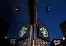 Starbucks a rehaussé jeudi sa prévision de bénéfice annuel après un solide deuxième trimestre fiscal, marqué par une hausse un peu plus forte que prévu de ses ventes. Le bénéfice net du groupe a progressé de 9,4% à 427 millions de dollars (309 millions d'euros). /Photo prise le 24 janvier 2014/REUTERS/Eric Thayer